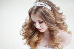 Молодая красивая невеста с роскошными скручиваемостями Стиль причёсок свадьбы с тиарой Стоковое Изображение