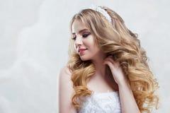 Молодая красивая невеста с роскошными скручиваемостями Стиль причёсок свадьбы с тиарой Стоковое Изображение RF