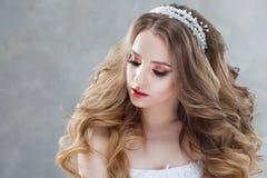 Молодая красивая невеста с роскошными скручиваемостями Стиль причёсок свадьбы с тиарой Стоковые Фото