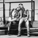 Молодая красивая пара моды нося джинсы одевает в дневном свете Стоковые Фото
