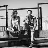 Молодая красивая пара моды нося джинсы одевает в дневном свете Стоковые Изображения RF