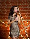 Молодая красивая песня петь женщины над деревянной звездой с яркой Стоковое Изображение
