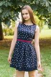 Молодая, красивая, привлекательная женщина в стильном платье, представляя на камере Она смеется над, представляется для камеры, е Стоковое Фото