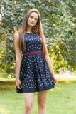 Молодая, красивая, привлекательная женщина в стильном платье, представляя на камере Она смеется над, представляется для камеры, е Стоковая Фотография RF