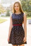 Молодая, красивая, привлекательная женщина в стильном платье, представляя на камере Она смеется над, представляется для камеры, е Стоковое Изображение RF