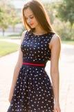 Молодая, красивая, привлекательная женщина в стильном платье, представляя на камере Она смеется над, представляется для камеры, е Стоковые Изображения