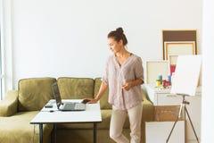 Молодая красивая работа женщины от домашнего офиса стоковое изображение