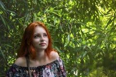 Молодая красивая рыжеволосая девушка среди зеленого бамбукового lo леса стоковое изображение
