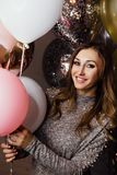Молодая красивая сексуальная девушка с sparkles воздушных шаров На партии, он празднует его день рождения Стоковая Фотография RF