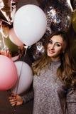 Молодая красивая сексуальная девушка с sparkles воздушных шаров На партии, он празднует его день рождения Стоковое Изображение RF