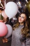 Молодая красивая сексуальная девушка с sparkles воздушных шаров На партии, он празднует его день рождения Стоковое Фото