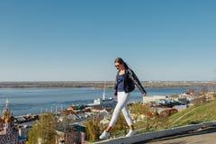 Молодая красивая стильная женщина с длинными волосами, нося кожаную куртку стоковое фото rf