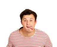 Молодая красивая шутка человека противоречит жест показывая язык эмоциональный парень изолированный на белой предпосылке стоковые фотографии rf