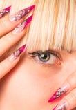 Молодая красивейшая блондинка с славным manicure стоковое фото rf