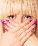 Молодая красивейшая блондинка с славным manicure Стоковые Фото