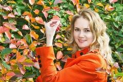 Молодая красивейшая девушка с красными ягодами Стоковые Изображения RF