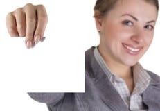 Молодая красивейшая женщина держа место для вашей рекламы. Стоковые Фотографии RF