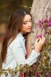 Молодая красивейшая женщина пахнет цветками Стоковое Изображение RF