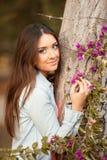 Молодая красивейшая женщина пахнет цветками Стоковая Фотография RF