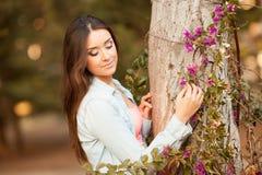 Молодая красивейшая женщина пахнет цветками Стоковые Фотографии RF