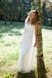 Молодая красивейшая невеста в зеленой солнечной природе стоковая фотография