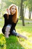Молодая красивейшая повелительница в парке осени стоковая фотография rf
