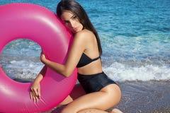 Молодая красота наслаждается пляжем стоковые фотографии rf