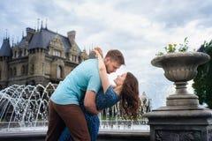 Молодая любящая пара идя близко замка Отключение свадьбы к медовому месяцу стоковое фото