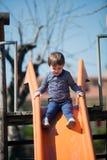 Молодая маленькая девочка имея потеху в парке Стоковое Изображение