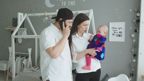 Молодая мать виляя младенческой девушкой на руках дома акции видеоматериалы