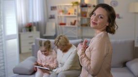 Молодая мать восхищая дочь играя планшет с бабушкой, единением видеоматериал
