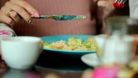 Молодая мать в кафе есть салат видеоматериал