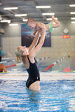 Молодая мать и маленький сынок имея потеху в плавательном бассеине стоковое фото rf