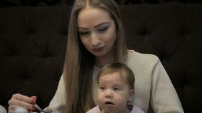 Молодая мать кормит маленькую девочку с сыром Suluguni сток-видео
