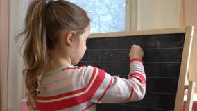 Молодая мать объясняя арифметику к милой маленькой дочери дома сток-видео