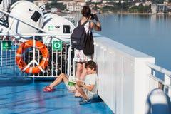 Молодая мать принимает фото на smartphone Стоковое Изображение