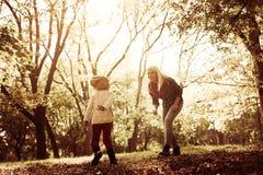 Молодая мать с дочерьми в парке стоковые изображения rf