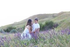 Молодая мать с сыном на medow лета стоковое изображение rf