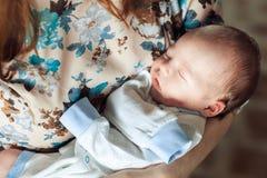Молодая мать тряся ребенка в ее оружиях Стоковые Изображения RF