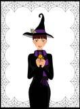 Молодая милая ведьма в длинных черных украшенном платье, шарфе и шляпе Стоковое фото RF