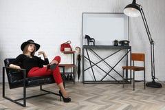 Молодая милая девушка в шляпе в студии стоковые изображения rf