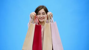 Молодая милая девушка делая неимоверно приятные покупки В течение этого периода, она кладет хозяйственные сумки на ее оружия видеоматериал