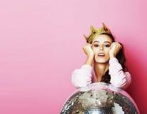 Молодая милая девушка диско на розовой предпосылке с шариком и cro диско Стоковое Изображение RF