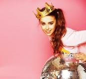 Молодая милая девушка диско на розовой предпосылке с шариком и cro диско Стоковое Изображение