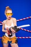 Молодая, милая девушка построителя в белой рубашке, поясе построителя, построителе Стоковое Изображение RF