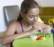 Молодая милая девушка при needlework, шнуруя отбортовывает на строке стоковая фотография rf