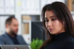 Молодая милая женщина брюнет в таблетке владением офиса в руках Стоковая Фотография RF