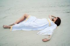 Молодая милая женщина в греческой тунике стоковое фото rf