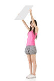 Молодая милая женщина держа пробел стоковая фотография rf