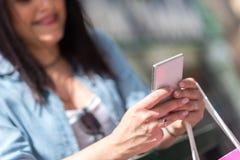 Молодая милая женщина используя телефон mobil Стоковое фото RF